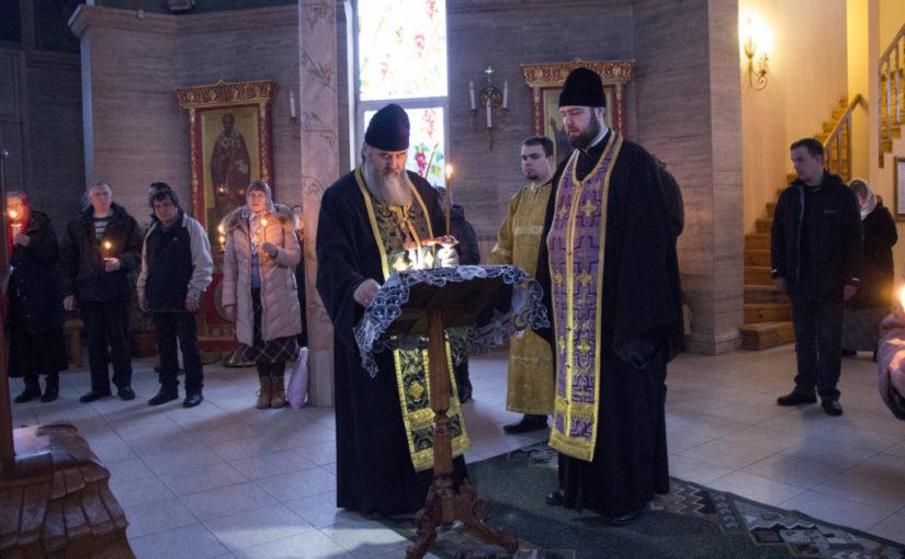 В среду первой седмицы Великого поста благочинный Приморского округа возглавил чтение канона Андрея Критского в двух храмах